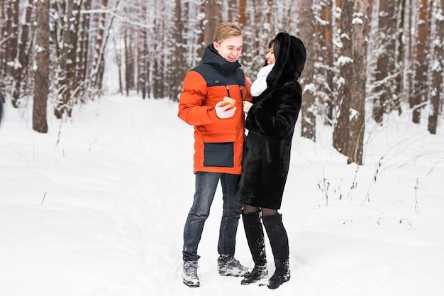 Счастливая пара, консультации по смартфону зимой на улице
