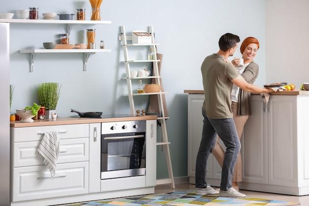 Счастливая пара вместе готовить на кухне