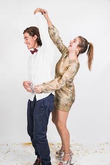 파티에서 춤추는 행복 한 커플
