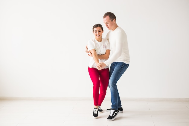 Счастливая пара танцует социальный танец кизомба против бачаты или сальсы или зук на светлом фоне