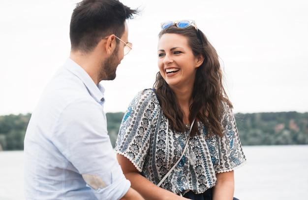 행복한 커플 데이트와 야외에서 즐겁게 노는