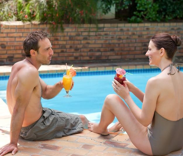 幸せなカップル飲み物のカクテル