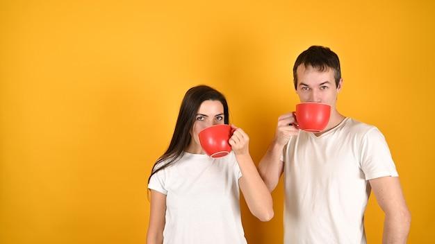 Счастливая пара, пить кофе из больших чашек