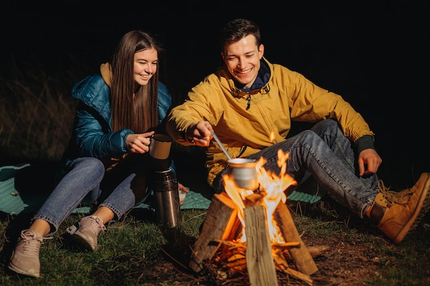 Счастливая пара, пить чай ночью в лесу