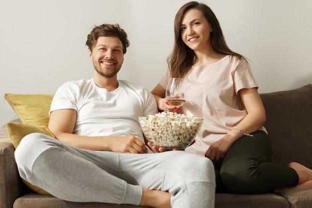 와인을 마시고 집에서 휴식을 취하는 행복한 커플