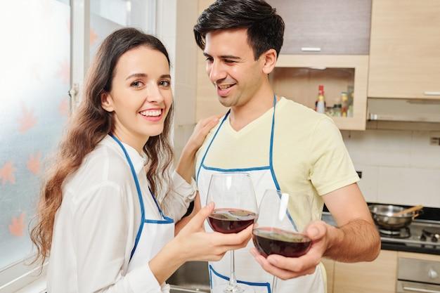 ワインを飲む幸せなカップル