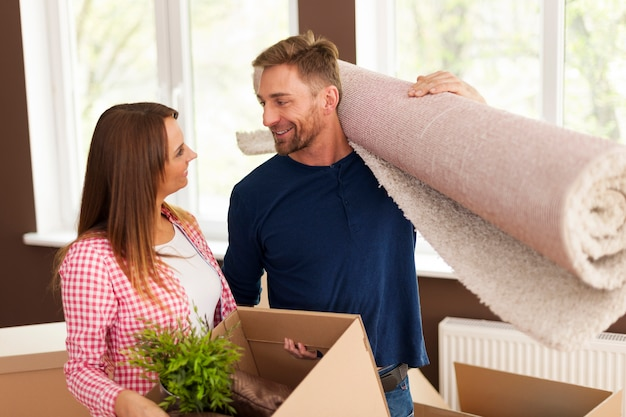 Счастливая пара во время переезда