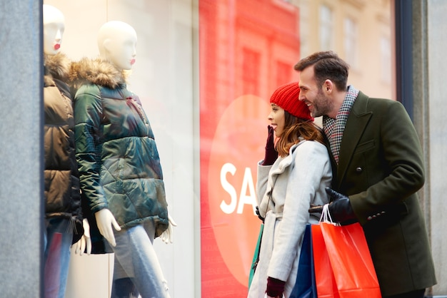 겨울에 윈도우 쇼핑하는 동안 행복 한 커플