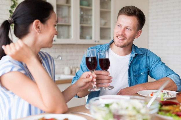 Coppia felice di mangiare insieme