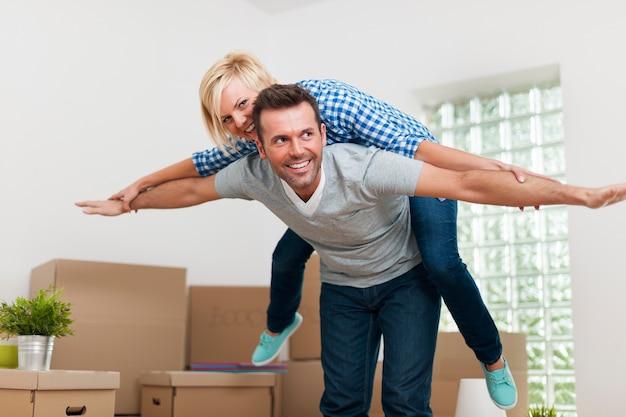 Счастливая пара, наслаждаясь в своей новой квартире