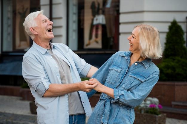 都市の屋外で自分の時間を楽しんで幸せなカップル