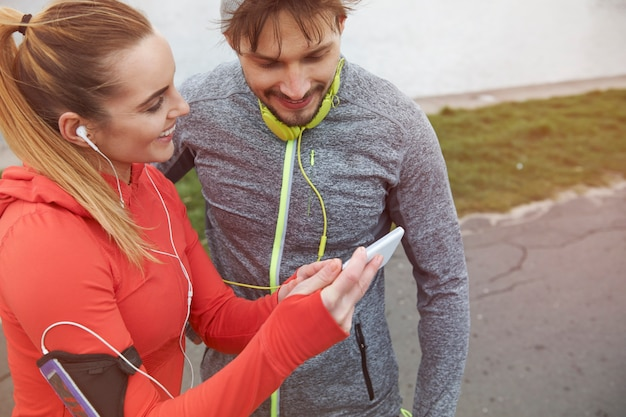 야외에서 운동하는 행복 한 커플