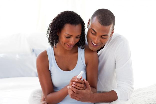 Счастливая пара, выясняя результаты теста на беременность