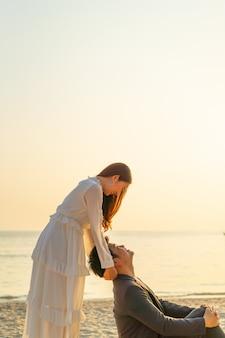Счастливая пара собирается в свадебное путешествие на тропический песчаный пляж летом