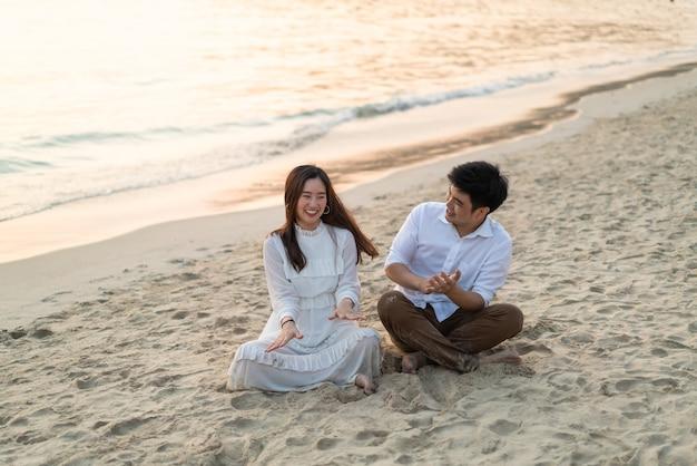 Счастливая пара собирается в свадебное путешествие на тропическом песчаном пляже летом