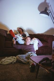 映画の夜を持つ幸せなカップル
