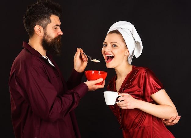 朝食を持っている幸せなカップル。朝のコーヒー。夫と妻が一緒に。関係、愛、ロマンチックな、ライフスタイルの概念。