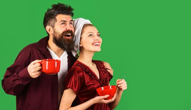 朝食を食べている幸せなカップル。関係、ロマンチック、愛、愛情の概念。朝のコーヒー。スペースをコピーします。