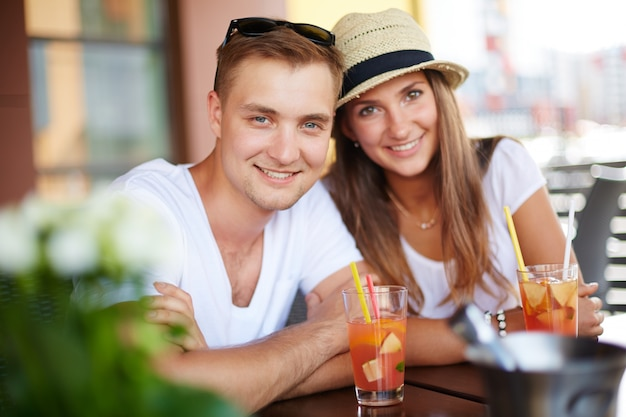 음료를 마시고 행복 한 커플