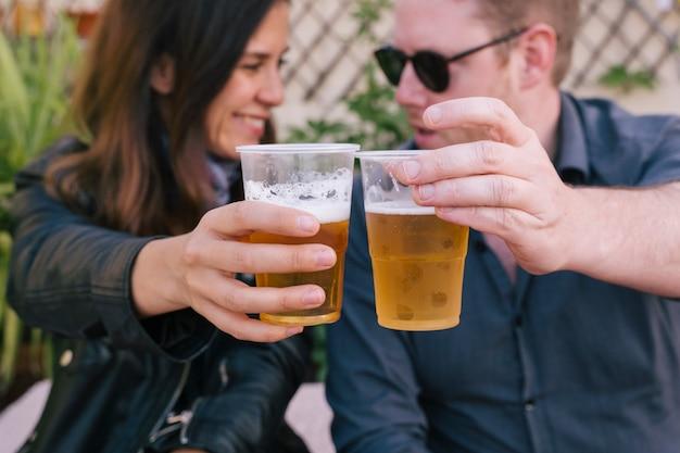 야외에서 맥주를 마시는 동안 재미 행복 한 커플