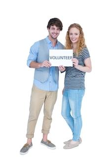 ボランティアメモを持つ幸せな夫婦