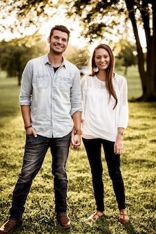 Счастливая пара, взявшись за руки и улыбаясь
