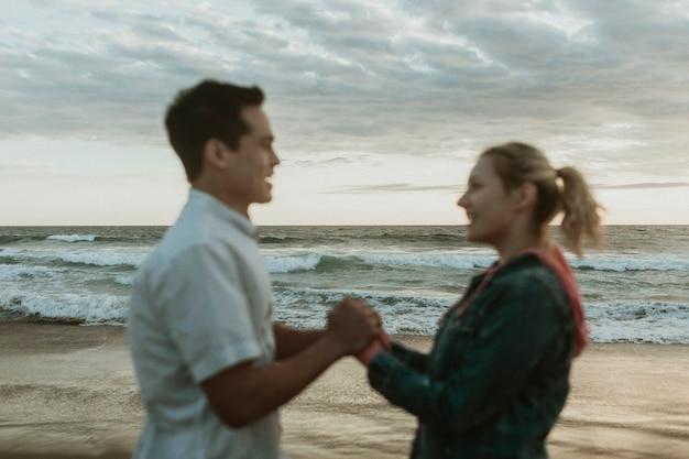 해변에서 손을 잡고 행복 한 커플