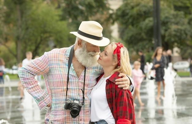 Счастливая пара обниматься и смеяться на открытом воздухе.