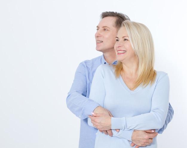 흰색 절연 포옹에 행복 한 커플입니다.