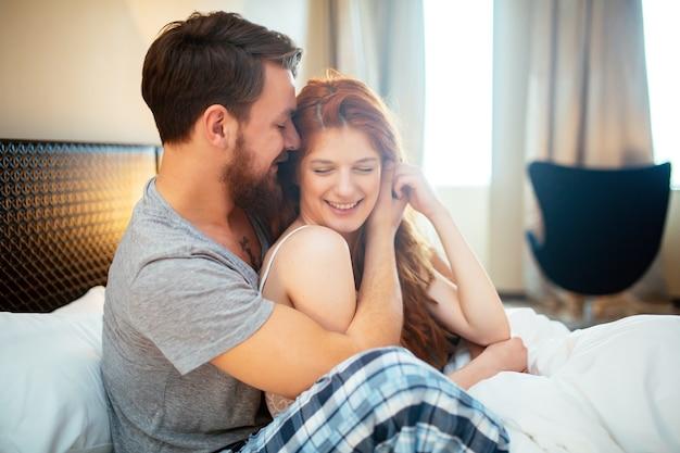 감정과 사랑을 보여주는 침대에서 행복 한 커플