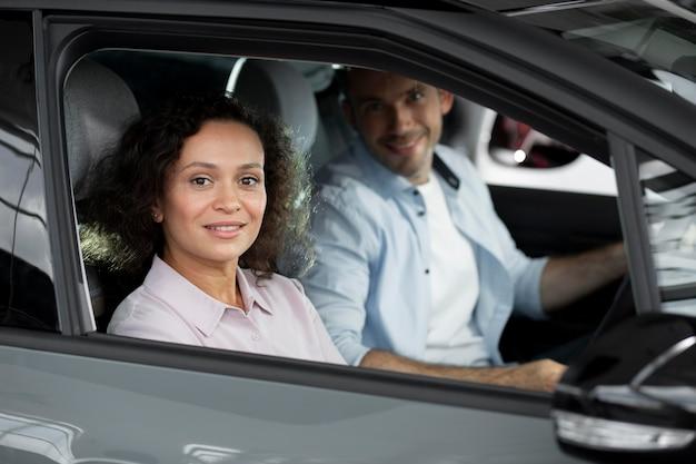 자동차 쇼룸 대리점에서 행복한 커플