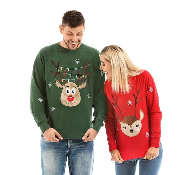 Счастливая пара в рождественских свитерах изолированы