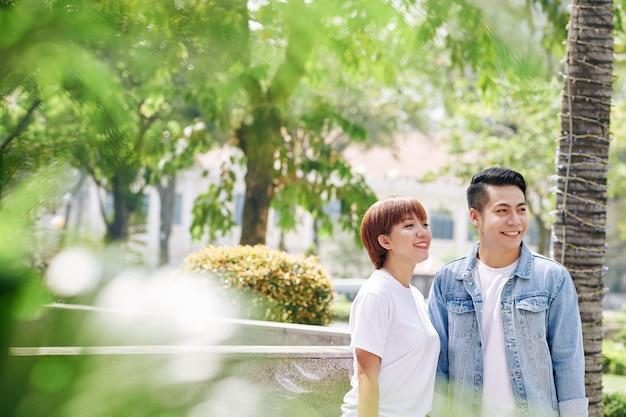 Счастливая пара в городском парке