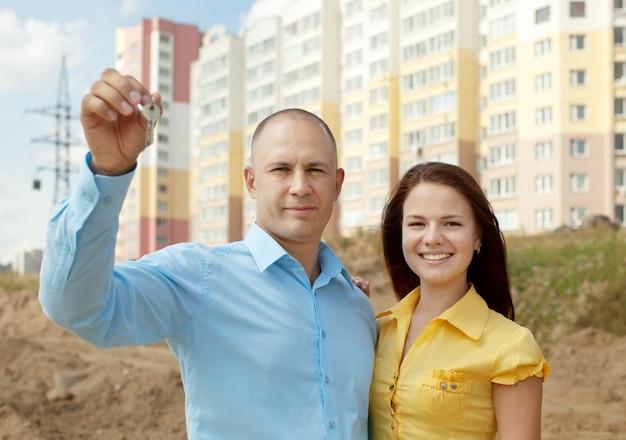 新しい家の前で幸せなカップル