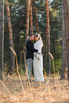 Счастливая влюбленная пара на закате и улыбается