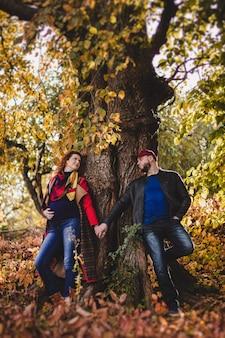 사랑에 행복한 커플은 포용하고 자연 배경에서 외부 재미를 가지고 있습니다. 여자는 임신했다. 행복한 새 부모.