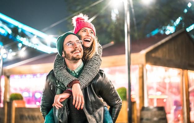 屋外で冬の旅行時間を楽しんで恋に幸せなカップル