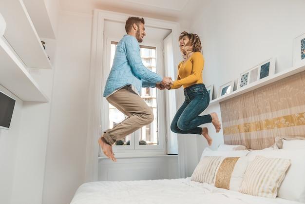 家で楽しんで愛の幸せなカップル