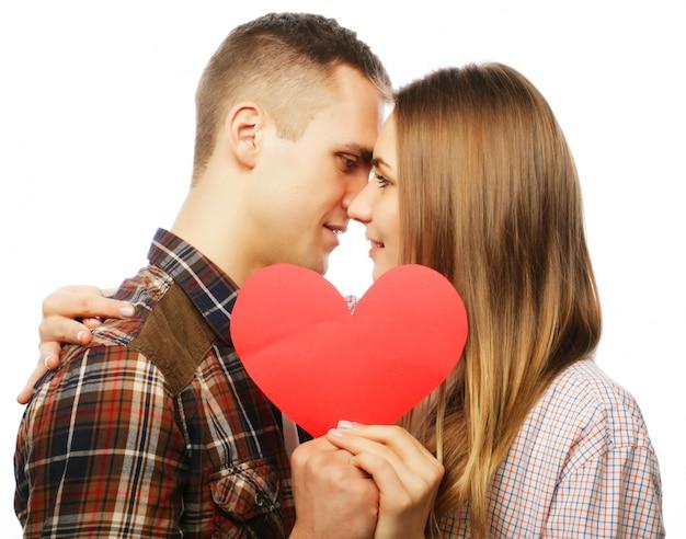 붉은 마음을 잡고 사랑에 행복 한 커플