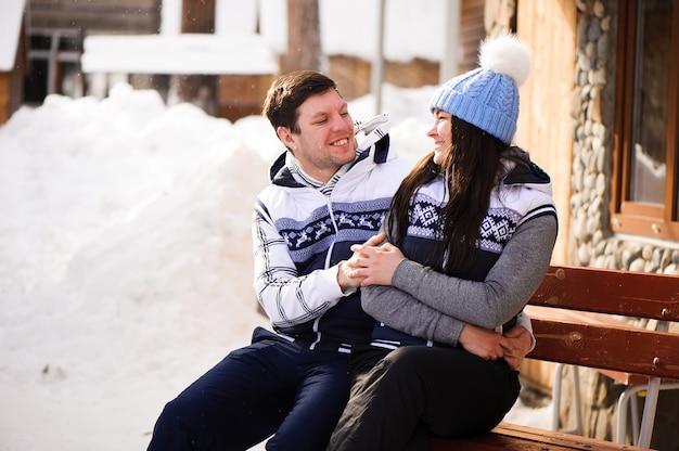 冬のリゾートで抱き締めて恋に幸せなカップル
