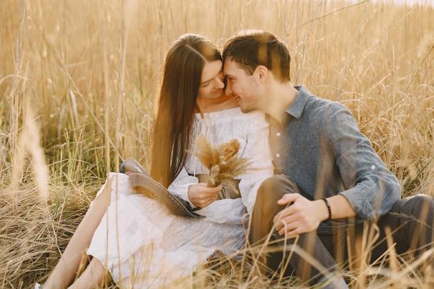 Счастливая пара в любви в пшеничном поле на закате