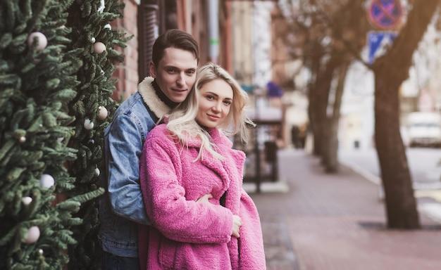 Счастливая влюбленная пара в канун нового года или день святого валентина
