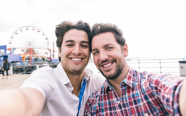 桟橋に恋に幸せなカップル