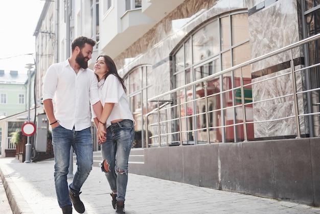 Счастливая влюбленная пара на улице.