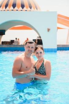 Счастливая пара в бассейне в аквапарке Premium Фотографии