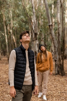 Счастливая пара в лесу вид спереди