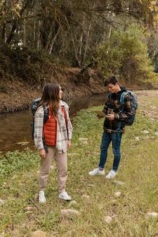 Счастливая пара в лесу длинный выстрел