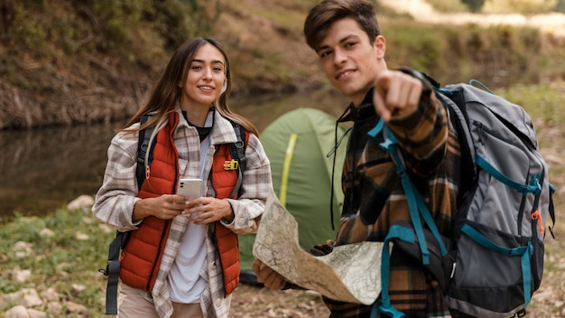 Счастливая пара в лесу, указывая на них