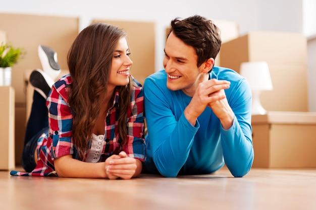 彼らの新しいアパートxaの幸せなカップル