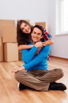 彼らの新しい家で幸せなカップル
